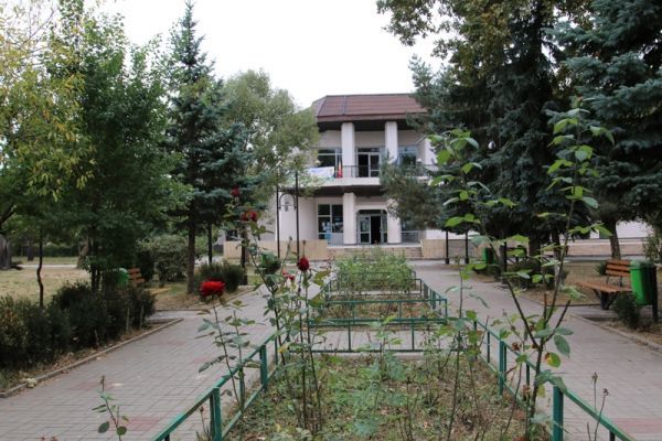 Casa-de-Cultura-Plopeni-si-Parcul-central-2